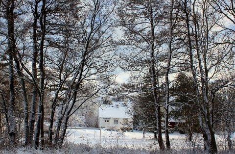 Her er eiendommen i Barkevikveien der det søkes om rehabilitering av låvebygg. Det er klaget i saken.