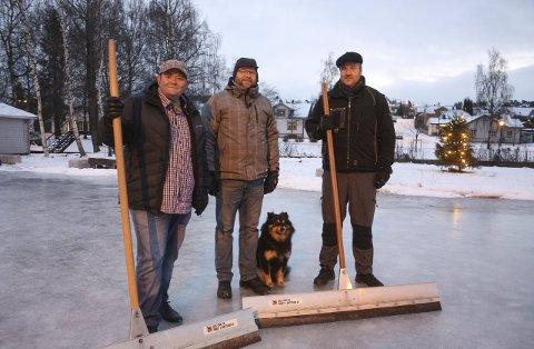 Helge Tverdal, Ingar Larsen og Thomas Norli (f.v.) «trosser glatta» for lokalsamfunnet. Den finske lapphunden «Niko» (6) er heller ikke noen «Bambi på isen» på Sundjordet.