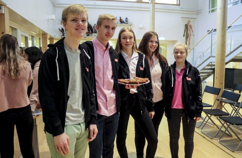 Jan Kristian Danielsen, Linus Edvardsen, Jenny Vibeto Larsen, Karen Olsrød og Helene Backen var noen av MOT-elevene på Tveten ungdomsskole som solgte kaker til inntekt for Kreftforeningen onsdag. Salget gikk som varmt hvetebrød.