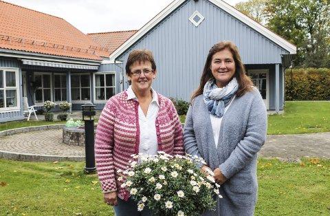 Virksomhetsleder Bente Berg Nilsen på Doktorløkka bosenter håper det blir flere enn åtte deltakere som melder seg på skolen for pårørende til personer med demens. Her er hun utafor Vestsiden helse- og aktivitetssenter med sykepleier Anne Marit Ekelund.