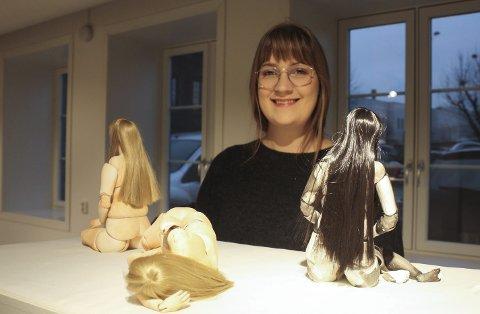 Stine Hartvigsen har denne måneden stilt ut 14 dukker som er inspirert av hennes egen kropp på Porselensmuseet. Utstillingen er 26-åringens avgangsprosjekt som masterstudent ved Kunsthøgskolen, og holder på til etter nyttår.