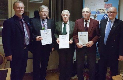 Ble hedret: Benny Nordstrøm, Erling Soldal, Trygve Aanesen og Lyder Solberg fikk hedersbevis av president Tore Berg under julemøtet for Stathelle frimerkeklubb.