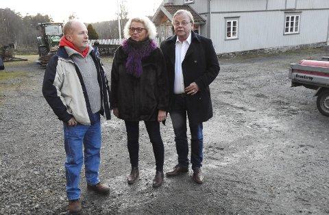 På befaring: Dag Yngland (V), Hege Braathen (Ap) og Magnar Kleiven (KrF) var på befaring på Sundbykåsa gård. De skal se nærmere på hva gården skal brukes til  årene som kommer.