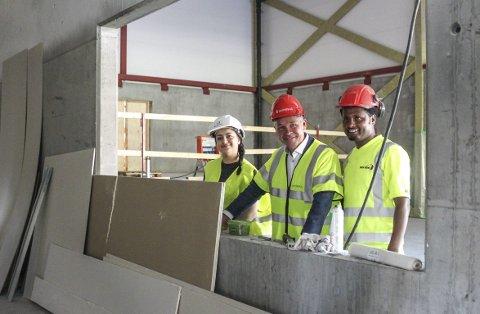 Om fem måneder åpner det nye studenthuset med scene og kro. F.v.: Mona Echkantena, Jan Tore Sanner og Filimon G. Embaye.