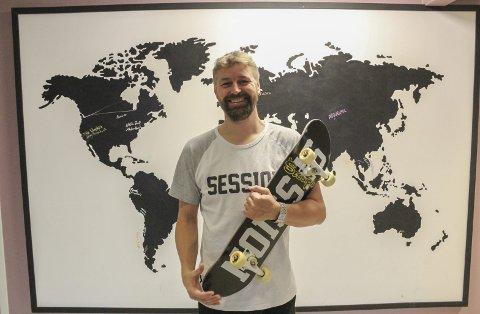 Verden rundt på brett: Erik Friesl reiste verden rundt og lagde skateboardfilmer fram til han fylte 40 år. Nå stortives han som ansatt i Skien kommune. Han holder fortsatt brettferdighetene ved like. En gang i uka skater han på Oldboys-treff i hallen til Grenland Skateboardklubb i Skien. – Vi er en gjeng på 10-15 mann som møtes hver onsdag. Foto: Per-Anders Gundersen