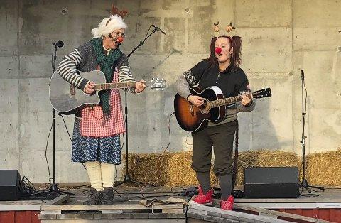 Lillian Jonassen og Silje Jensen underholdt med sang og humor for barn og voksne på Wrightegaarden i helga.