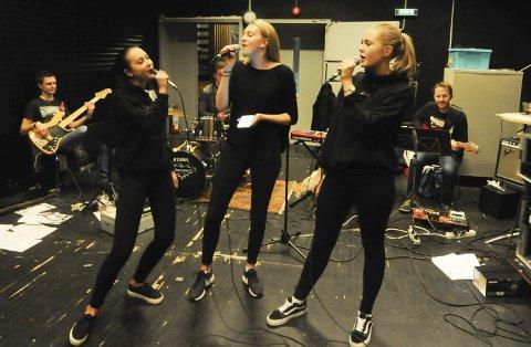 Bamblerussen er veldig godt i rute fram mot russerevypremiere i januar. Synne Roverud Andersen, Ida Arnestad og Marthine Mustad låter allerede veldig bra sammen med bandet.