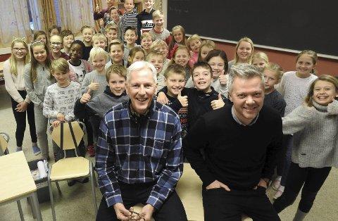 Rektor Bjørn Kronstad og assiterende rektor Gaute Brovold er veldig fornøyd med de glade elevene i 5. klasse på Grønli skole. De er blant landets aller beste på nasjonale prøver i år.