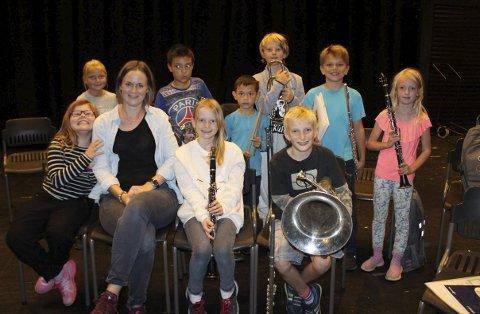 Her er Frøydis Aslesen omkranset av noen av aspirantene i Norcem Pike- og Guttekorps. Frøydis er den nye dirigenten for korpset som har faste øvelser i Brevik kulturhus. Frøydis har en filosofi om at det skal være gøy å spille i korps.