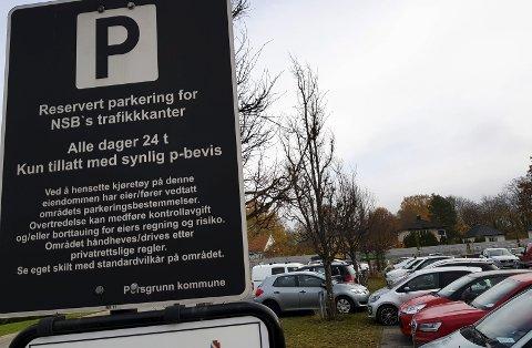 FULLT: Da PD sjekket forholda på parkeringa som er reservert NSBs trafikanter i 11-tida mandag, var det kun én plass ledig. Samtidig var en bil parkert utenfor oppmerkede felt.