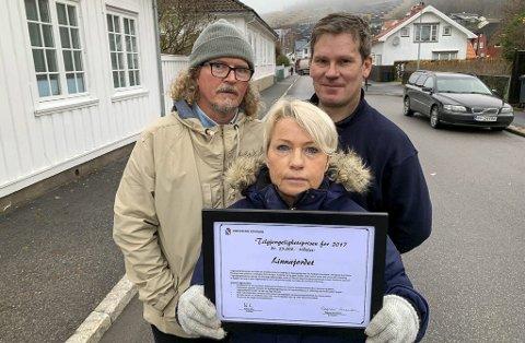 GIR IKKE OPP: F.v. Bjarne Nærum, Anne Løvseth og Ruben Brøndbo mener utbyggingsprosjektet med 160 leiligheter ligger an til å bli en katastrofe for bydelen. Løvseth holder opp prisen de fikk de for egen innsats i 2017.