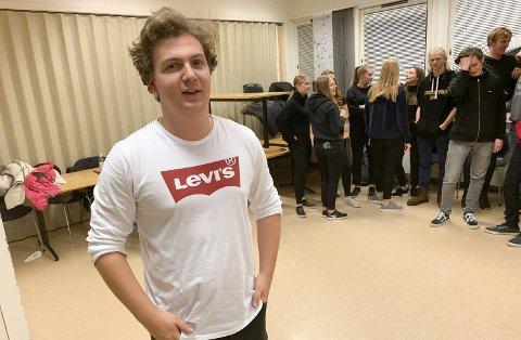 FOR FØRSTE GANG: Mathias Hansen er for første gang instruktør og regissør for en russerevy. Han har allerede hatt mange øvelser med årets russekull, og han synes det går veldig bra.