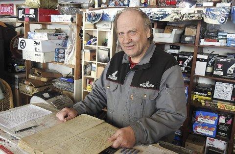 Fyller 70: Enar Nilssen viser fram bestillingsboka i butikken. Den er ikke like gammel som han selv, som fyller 70 år førstkommende lørdag. Men den er likevel full av historie, slik hele butikken og Einar selv er.