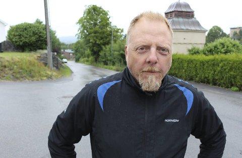 Pål Huseby Larsen og de andre beboerne i Furukollen og Grønlivegen er provosert over at bilister kjører nesten dobbelt så fort som fartsgrensa på stedet tilsier.