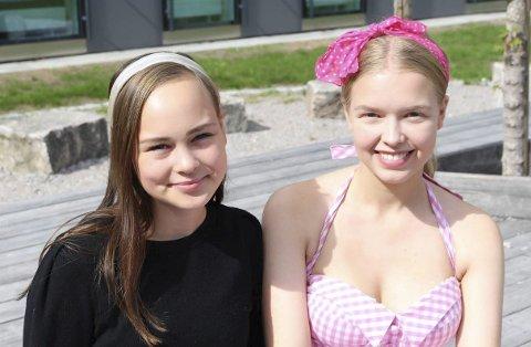 Nelia Kathinka Ballestad (17) fra Heistad og Rebecca Hofsten Abrahamsen (16) fra Hovenga i «Grease»-kostymer gleder seg til å synge og danse i oppsetningen «Musikal-la-land». De er to av ca. 50 glade amatører og profesjonelle. Mange av dem fra Porsgrunn.