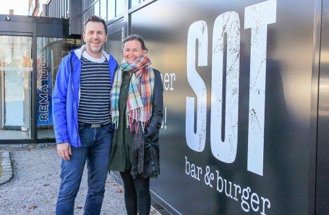 FLYTTER INN: Jon Olav Aursand, Tone-Kari Stigen og Sot bar & burger flytter inn på Down Town om én måned.