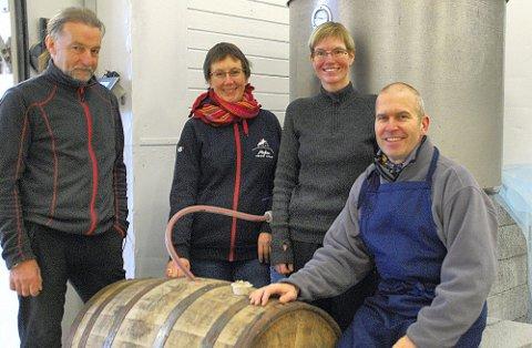 FØRSTE TØNNE: Den første fylte tønna i desember. Her med Helge Eriksen, Trude Tokle, Marianne  Valnes, og  Roar Larsen. Pressefoto: Myken  Destilleri<\!s