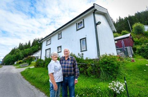Greta og Gunnar Bjørvik med sitt 178 år gamle sommerhus i Bjørnbærvika utenfor Hauknes.