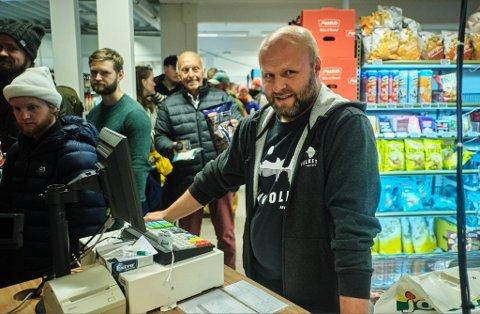 PÅ JOBB: Nestkommanderende på Joker Træna, Arve Jørgensen, i kassa under Trænafestivalen 2019.