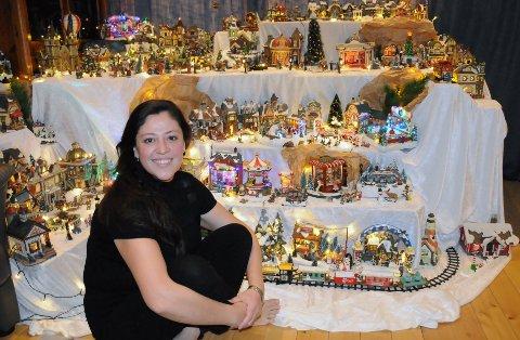 """Karla Marcela Londoño elsker julen, og legger mye arbeid i å rigge opp sin egen """"juleby"""" på loftsstua hvert år."""
