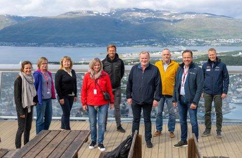 SAMMEN OM ARCTIC RACE OF NORWAY: May Britt Lagesen fra Trøndelag Fylkeskommune (foran til venstre), Bjørn Inge Mo fra Troms Fylkeskommune (i midten) og Tomas Norvoll fra Nordland fylkeskommune (foran til høyre), gleder seg til å samarbeide med Arctic Race of Norway og daglig leder Knut-Eirik Dybdal (til høyre) og rittambassadør Thor Hushovd (i midten bak), om å arrangere sykkelfest i Nordland og Trøndelag i 2022. Her står de på Fjellheisen i Tromsø før årets utgave. Foto: Rune Dahl/ARN