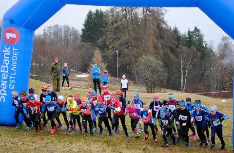 Masse ivrige løpere i klassene jenter og gutter ni og ti år. De unge terrengløperne lot ikke grått vær og vått underlag bremse innsatsen. Foto: Astrid Ellefsæter Grønbakken.