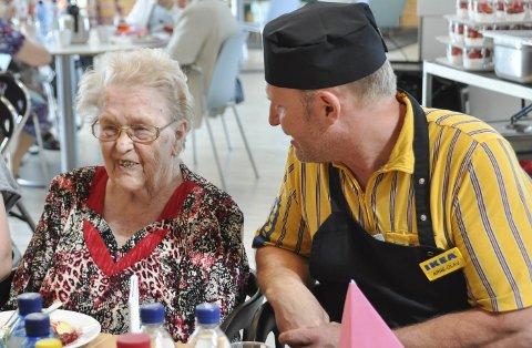 Glede: Beboer Margit Røste (94) koste seg med god mat og godt selskap på IKEA. Her i samtale med kjøkkensjef Arne-Olav Gjerlaug Børresen. Foto: Dorthea Mørkved Glorud
