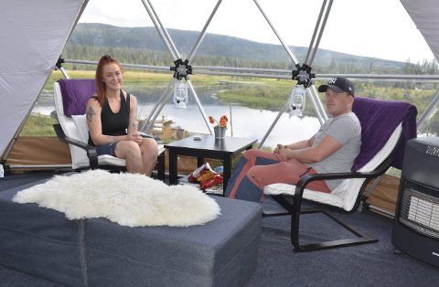 Glamping: Glamorøs camping i Åstdalen har blitt populært. I forrige uke var Thomas Fevang og Ronja Farbergshagen fra Åsmarka gjester. De stortrivdes i teltet. – Det er nesten som å bo på hotell.Foto: Jeanette Sandbæk Håland