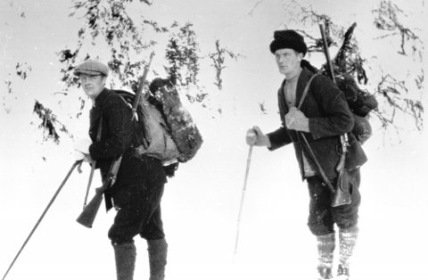 TOPPJAKT: Trygve og Thor Solbakken med Krag og hagle på storfugljakt i Ringsakfjellet.