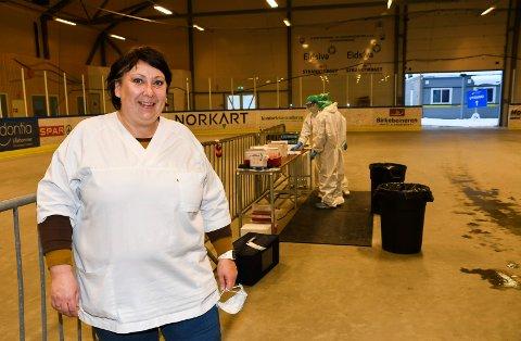Trives på  jobb: Hilde Løvlund fra Lismarka har jobbet med koronatesting i ti måneder. Hun trives.