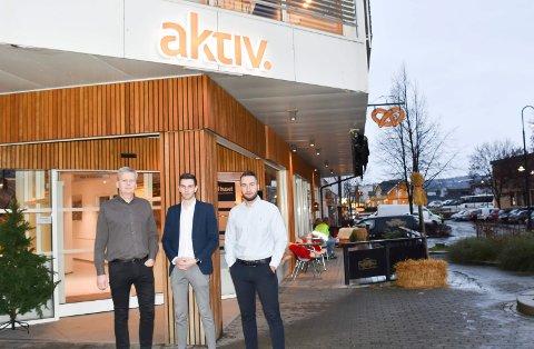 ADVARER: Kjetil Gustavsen, Christian Fiskvik og Arbresh Vitija hos Aktiv Ringsaker advarer mot svindelforsøk, for noen utgir seg for å være eiendomsmegleren på Facebook. Se flere bilder i bildekarusellen.