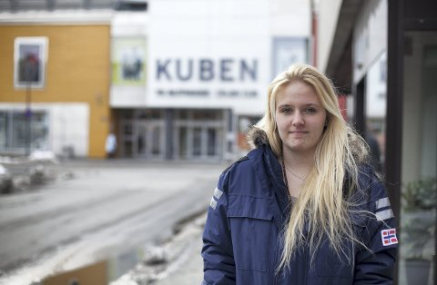 – Jeg ser tydeligvis ut som en butikktyv, sier Oona Keiserdalen (18) som blir uglesett gjennom flere butikker.