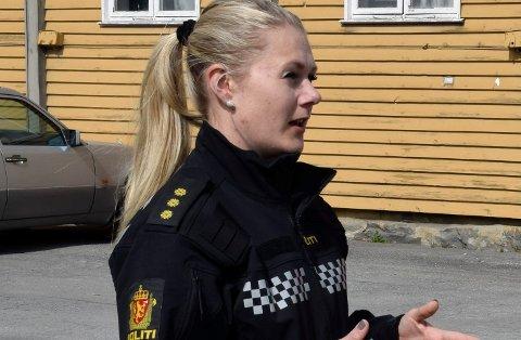 ADVARER: Politibetjent Anette Krogstad ved forebyggende avdeling ved Hønefoss politistasjon ber foreldre passe på. Ungdom mellom 15 og 20 år drikker ukritisk store mengder alkohol.