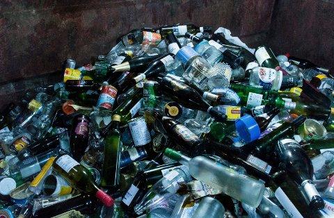 FÅR EGEN DUNK: Glass og metall skal snart sorteres ut i egen dunk. Til høsten får innbyggerne i Hole og Jevnaker utlevert sine glass- og metalldunker.