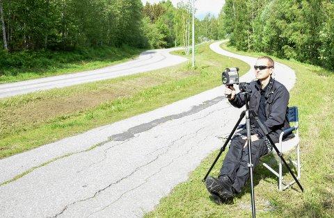 KONTROLL: Steffen Vala betjente lasermåleren under kontrollen i Hovsmarka.