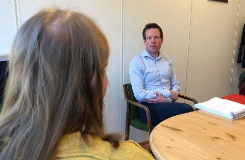 FORKLARTE SEG: En 22 år gammel kvinne forklarte seg mandag for retten om angivelige overgrep fra bestefaren. Hans Petter Askilsrud er bistandsadvokat for de to kusinene.