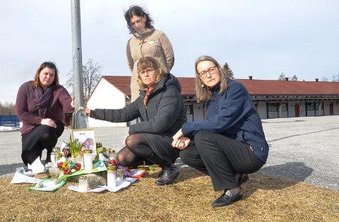 MINNESTED: Det er viktig å ha et sted å gå til nå som skolen er stengt. Derfor har vi opprettet et minnested for Eirik ved flaggstanga i skolegården, sier Hege Bentsen (f.v.) Lise S. Martinsen, rektor Anne Britt Skaar og Marit Megård.