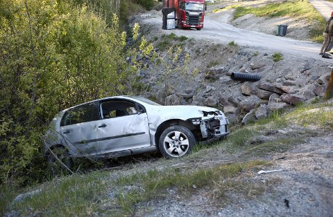 Sving: Denne bilen med to personer i kjørte ut i en sving like ved Tyristrand søndag ettermiddag.