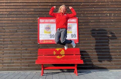 HOPPENDE GLAD: Janne Skougstad er hoppende glad etter å ha kapret jobben som butikksjef for Extra-butikken i Nes i Ådal.