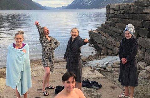 MÅTTE BADE: For årets Krafttak mot kreft-aksjon, mer enn doblet russen ved Rjukan videregående skole bidragene sammenlignet med i fjor. Det måtte feires med et bad i Tinnsjøen – i mars måned. Det hadde russen lovt på forhånd.