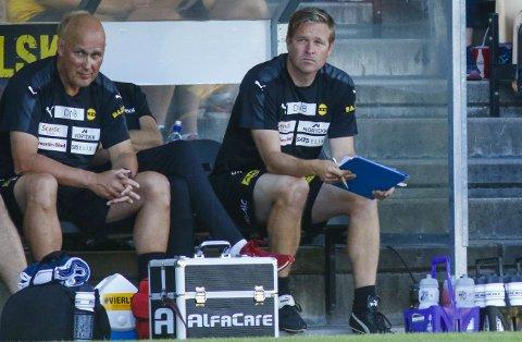 POSITIVT: LSK-fysioterapeut Geir Kåsene (til høyre) mener de to ukene med pause kom godt med for LSK nå. Her på benken sammen med LSKs lege Bjørn Schultzen. FOTO: NTB SCANPIX