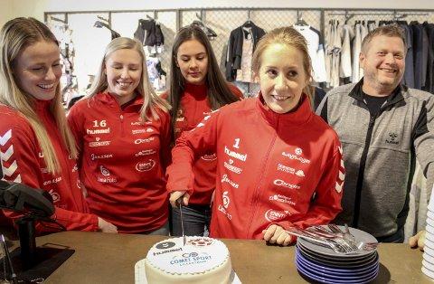 I fjor kunne Rælingen-jentene feire sesongen med kake. Nå kan RB-leserne få se kampene deres direkte på rb.no.