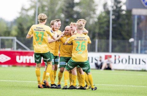 FULL JUBEL: Truls Jørstad omfavnes av lagkameratene etter å ha sendt av gårde en perle av et frispark rett i kassa. Begge foto: Tom Gustavsen