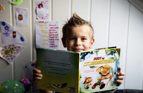 Jesper og foreldrene har funnet mye hjelp i en barnebok om epilepsi; «Lysmonsteret». May Liss og Joar ser i dag en roligere og lykkeligere gutt i sønnen.ALLE FOTO: TOM GUSTAVSEN