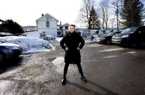Lettet: Rikke Komissar, direktør for Akershus kunstsenter, har jobbet målrettet med planene om et nytt kunstsenter i ti år. Nå jubler hun over at spaden snart kan stikkes i jorda. FOTO: LISBETH LUND ANDRESEN