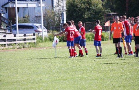 PLANTET FLAGGET: Tomålsscorer Mads Rismoen plantet Fu/Vo-flagget på Årnes stadion etter 6-0-seieren i lokaloppgjøret mot Raumnes & Årnes.