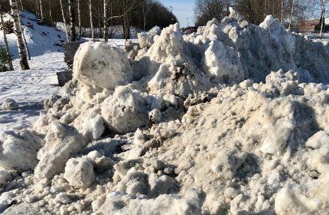 Det tippes snø mange steder i Røyken. Politikerne avslo foreløpig snødeponi i Stokkeråsen, og krever bedre utredning når det gjelder miljøhensyn.