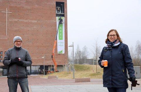 FORNØYD: Slagordforfatter Arne Bertheussen og sogneprest i Røyken, Ellen Martha Blaasvær, er fornøyd med banneret og budskapet på det.
