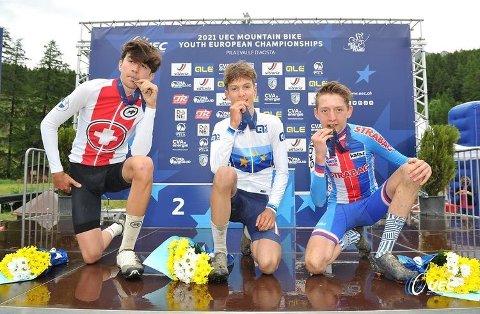 SMAKEN AV GULL: Sivert Ekroll fra Sande Sportsklubb vant gull i Ungdoms-EM i terrengsykling i Italia i helgen. Her flankert av sølvvinner Loris Hättenschwiler fra Sveits og Ondrej Novotny fra Tsjekkia.