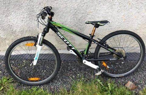 SAVNER EIER: Barnesykkelen har stått inne på klubbhuset i Dyegata siden den ble funnet i en grøft i begynnelsen av august.